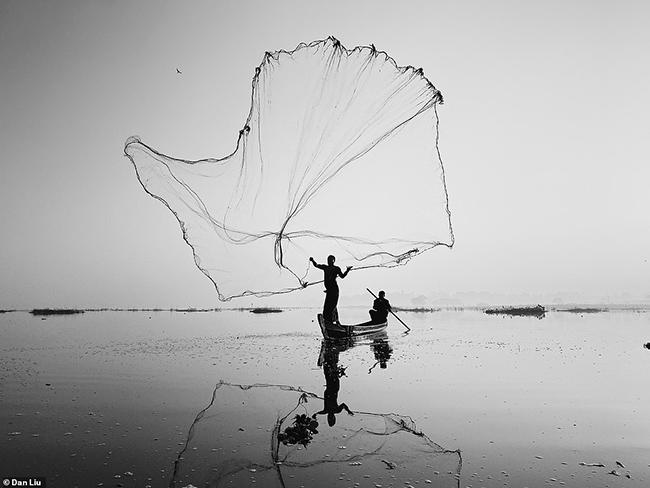 Người chiến thắng giải thưởng lớn là nhiếp ảnh gia Trung Quốc Dan Liu với bức ảnh tuyệt đẹp về một ngư dân giăng lưới trên hồ Inle ở Myanmar.