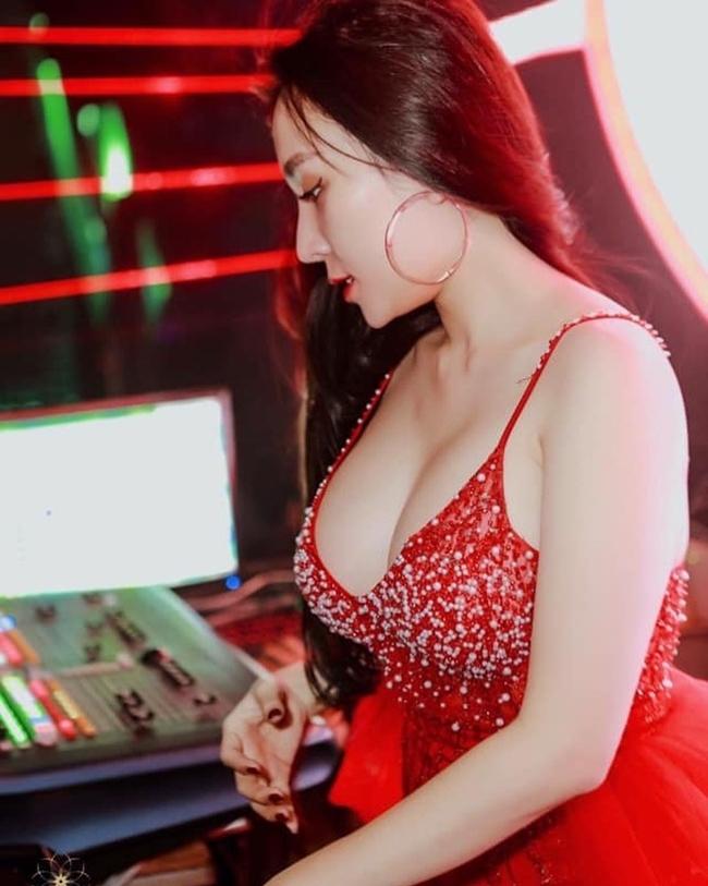 Thảo Bebe (Nguyễn Thanh Thảo)là một trong những DJ xinh đẹp của showbiz Việt. Cô cũng là bà xã của nam ca sĩ Khắc Việt.