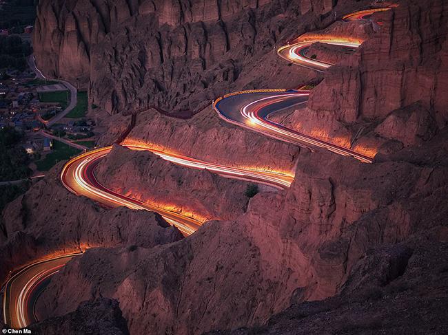 Đây là bức ảnh chiến thắng ấn tượng trong thể loại giao thông của nhiếp ảnh gia Chen Ma. Bức ảnh được chụp ở miền nam Trung Quốc.