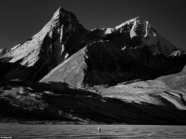 Nhiếp ảnh gia người Trung Quốc Jinyi He là người tác giả củabức ảnh đáng kinh ngạc được chụp ở quận Dinggye, Tây Tạng này. Bức ảnh chiến thắng trong hạng mục du lịch và phiêu lưu.