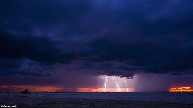 Hình ảnh tuyệt đẹp về tia sét trên sa mạc Namib được chụp bởi nhiếp ảnh gia Goran Jovic với chiếcSamsung Galaxy Note 9.