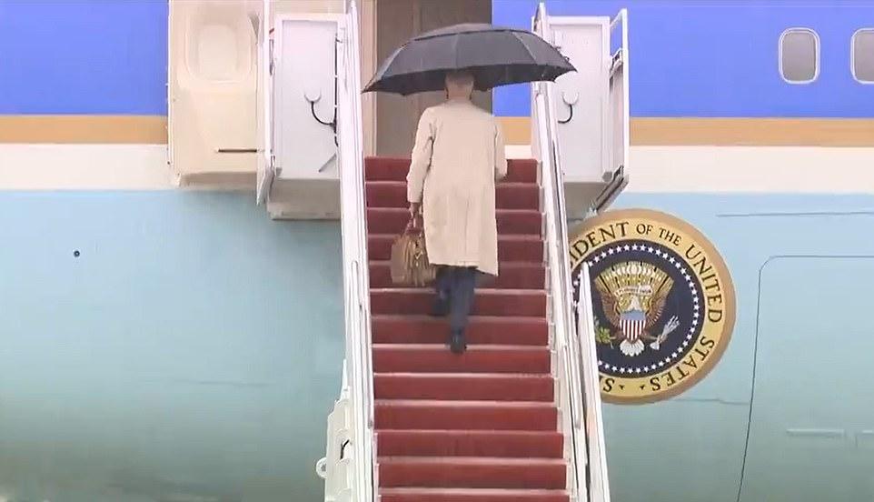 """Video: Ông Biden """"lại gặp chuyện"""" khi bước lên cầu thang chuyên cơ Không lực Một - 1"""
