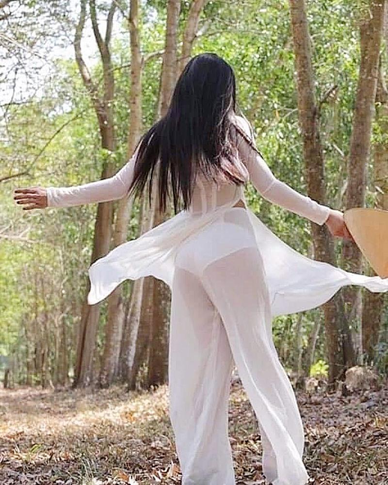 Hoa khôi Sài thành phản ứng gay gắt về áo dài mỏng manh như cánh chuồn - 1