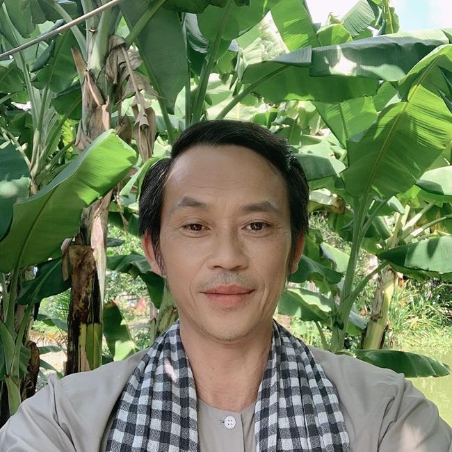 Hoài Linh sinh năm 1969, là diễn viên, nghệ sĩ hài nổi tiếng. Sau khi hoành thành nhà thờ trăm tỷ, NSƯT Hoài Linh ít tham gia các gameshow truyền hình mà dành thời gian ở biệt phủ chăm sóc cây cối, vườn tược. Gần đây, Hoài Linh còn tham gia hai nền tảng xã hội TikTok và YouTube khiến nhiều người bất ngờ. Trên kênh Youtube riêng, danh hài nổi tiếng chia sẻ nhiều clip cuộc sống thường ngày với khán giả.