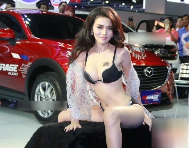Cuối tháng 3.2016, sự kiện Bangkok Motor Show thu hút sự chú ý của giới truyền thông với dàn mẫu nóng bỏng. Chân dài Cherry Ladapa (Ladapa Ratchataamonchot) là cái tên hot nhất khi diện bikini tạo dáng cùng đồng nghiệp nam.