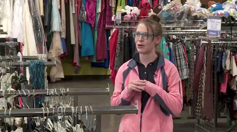Đi mua quần áo cũ, người phụ nữ phát hiện cả tỷ đồng trong túi áo - 1