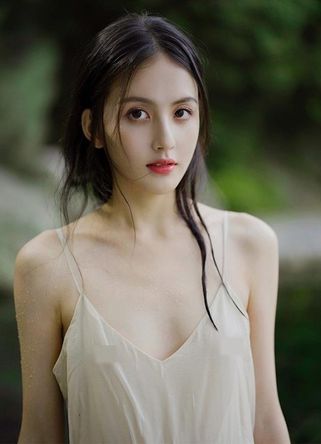 Sở hữu làn da trắng sứ không tì vết,Tian Chou từng gây sốt trong bộ ảnh 'nữ thần tắm suối' mang vẻ đẹp trong trẻo, thuần khiết, được cộng đồng mạng ví như tiên tử bước ra ngoài đời thực.