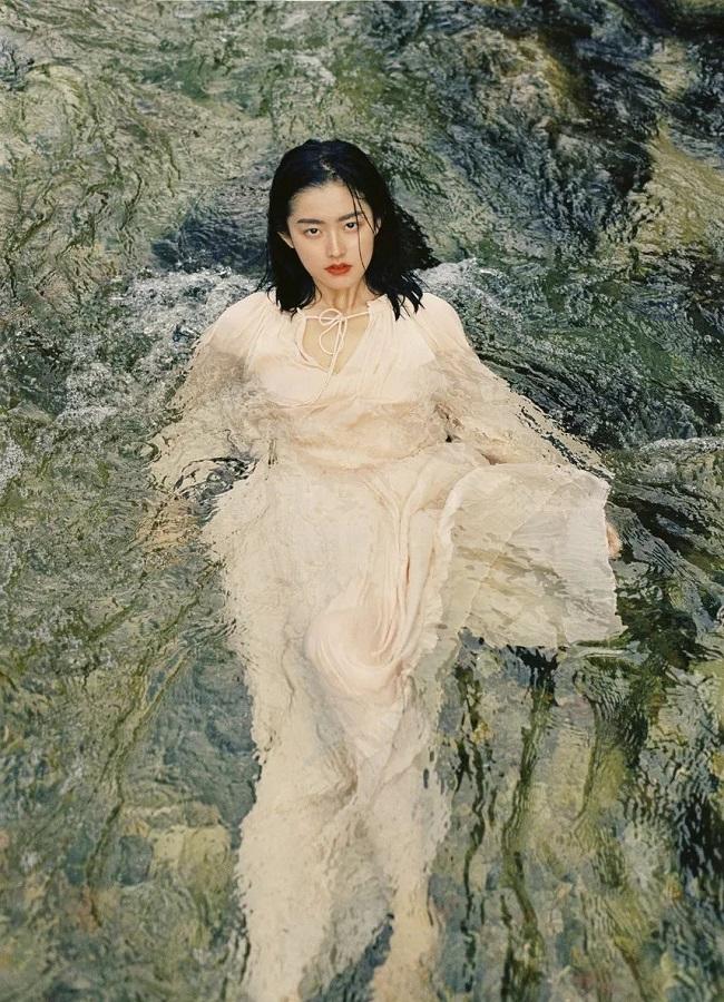 """Ying Ning được người hâm mộ ưu ái gọi với danh xưng """"nữ thần tắm suối"""" và trở nên nổi tiếng chỉ sau một đêm."""