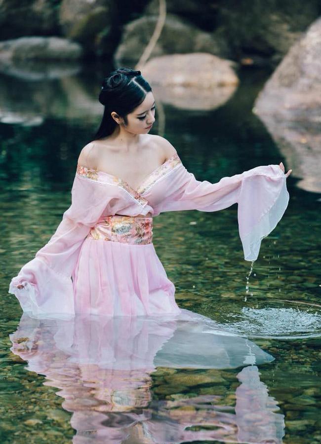 Mặc váy áo cổ trang, thả rông vòng 1, nô đùa dưới làn nước trong xanh nhưng những hình ảnh của mỹ nhân này không nhận được sự tán dương của cư dân mạng.