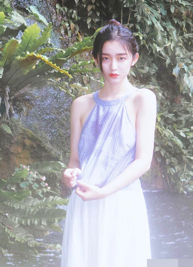 Chẳng cần khoác lên mình những bộ trang phục lộng lẫy, trongkhung hình mờ ảo, Ying Ning vẫn nổi bật nhờnhan sắc kiêu kỳ và vẻ đẹp cuốn hút.