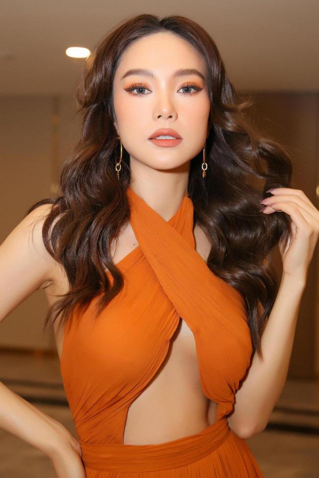 Minh Hằng cũng không hề ngần ngại với một chiếc váy để lộ chân ngực.