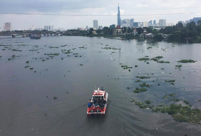 Bỏ lại xe máy, người phụ nữ bất ngờ lao xuống sông Sài Gòn - 1