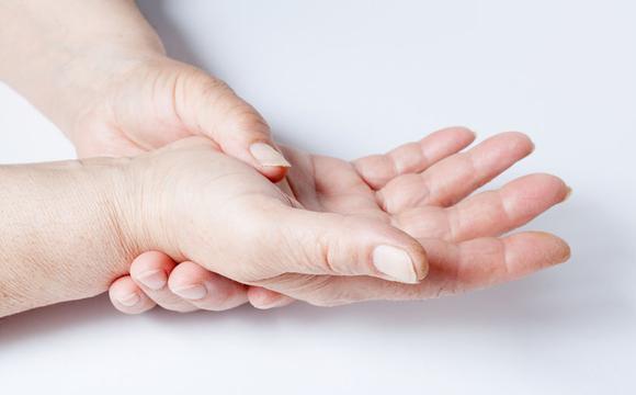 Đừng coi thường dấu hiệu cứng ngón tay, rất có thể đó là triệu chứng của 3 căn bệnh này - 1