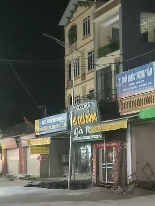 """""""Hố tử thần"""" xuất hiện trên vỉa hè ở Hà Nội, sơ tán khẩn 20 hộ dân - 1"""