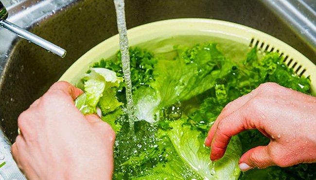 Rửa rau chỉ cần cho thêm 2 thứ này, đảm bảo hết sạch thuốc trừ sâu - 1