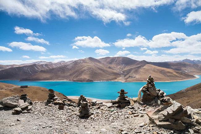 1. Hồ Yamdrok  Đây là một trong 3 hồ thiêng nhất ở Tây Tạng,là nơi có tu viện Samding - một trong số ít các tu viện Tây Tạng do một phụ nữ đứng đầu.Hồ nước này có màu xanh ngọc lam rất đẹp, có thể nhìn thấy trênđường từ Lhasa đến Everest.
