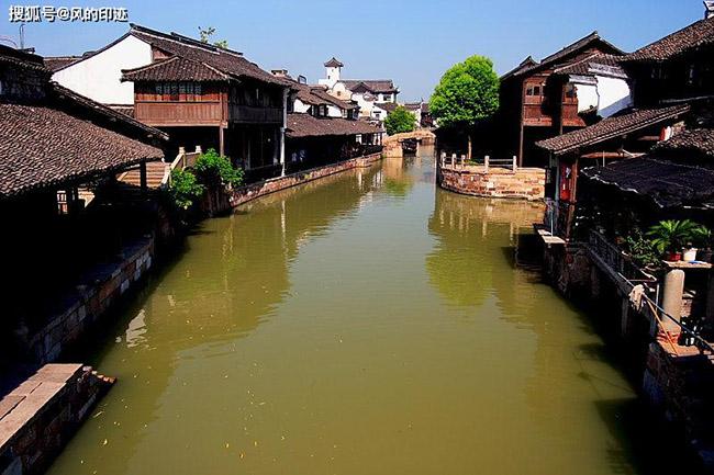 1. Ô Trấn là một thị trấn sống nước có lịch sử 2.000 năm, nằm ở ngã 3 của tỉnh Giang Tô và Chiết Giang, Trung Quốc.