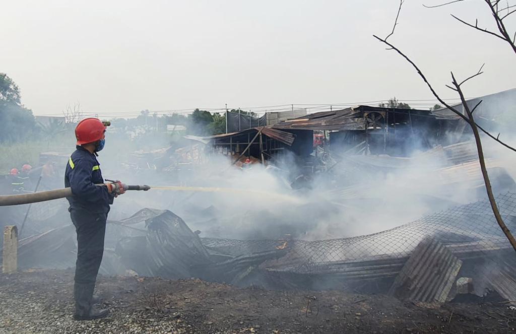 Cháy lớn xưởng gỗ ở Sài Gòn, nhiều tài sản bị thiêu rụi - 1