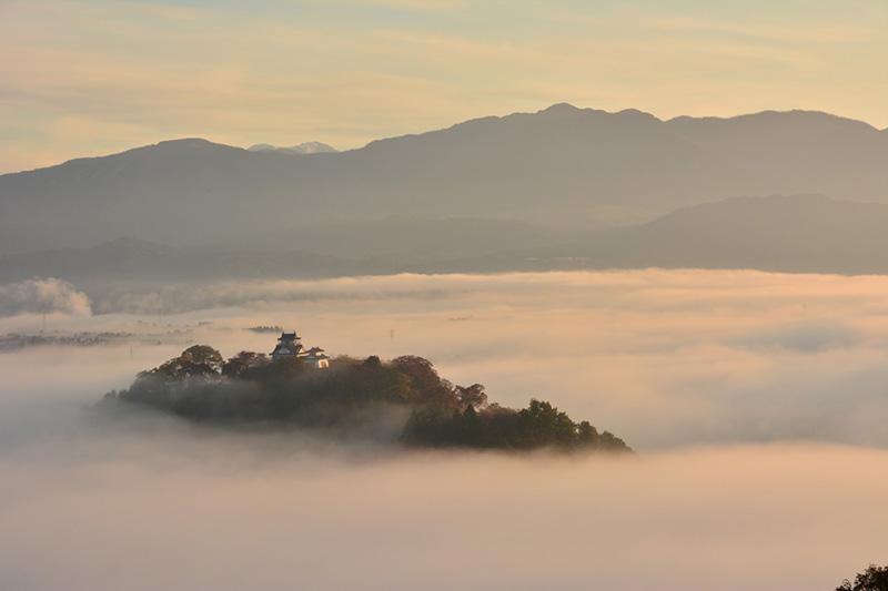 Lâu đài lơ lửng trong biển mây ở Nhật Bản - 1