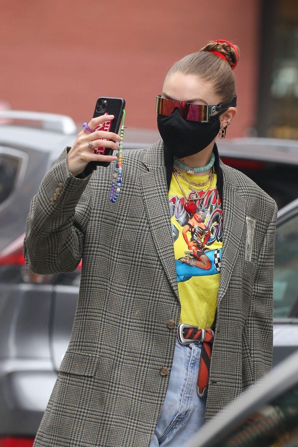 Phụ kiện điện thoại trở lại thành điểm nhấn cho thời trang Y2K - 4