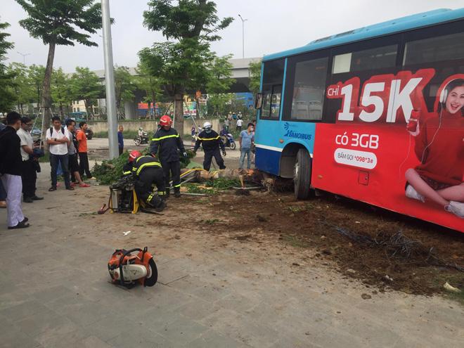 Tin tức 24h qua:Xe buýt mất phanh lao lên vỉa hè tông trúng nam thanh niên - 1
