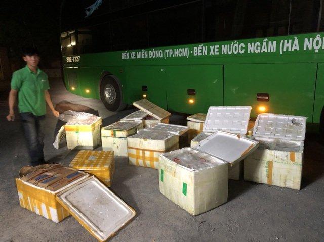 Bắt giữ xe khách chở gần 1 tấn thịt trâu bò, trứng gà non thối - 1