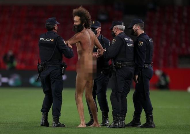 """MU đá tứ kết Europa League, fan cuồng """"trần như nhộng"""" vào sân làm loạn - 1"""
