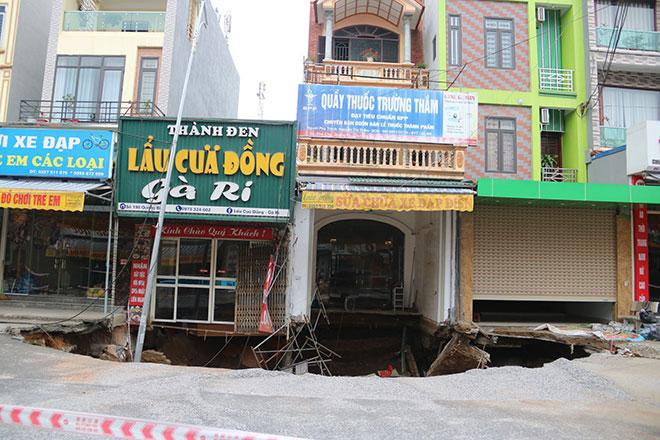"""""""Hố tử thần"""" ở Hà Nội vẫn tiếp tục lan rộng - 1"""