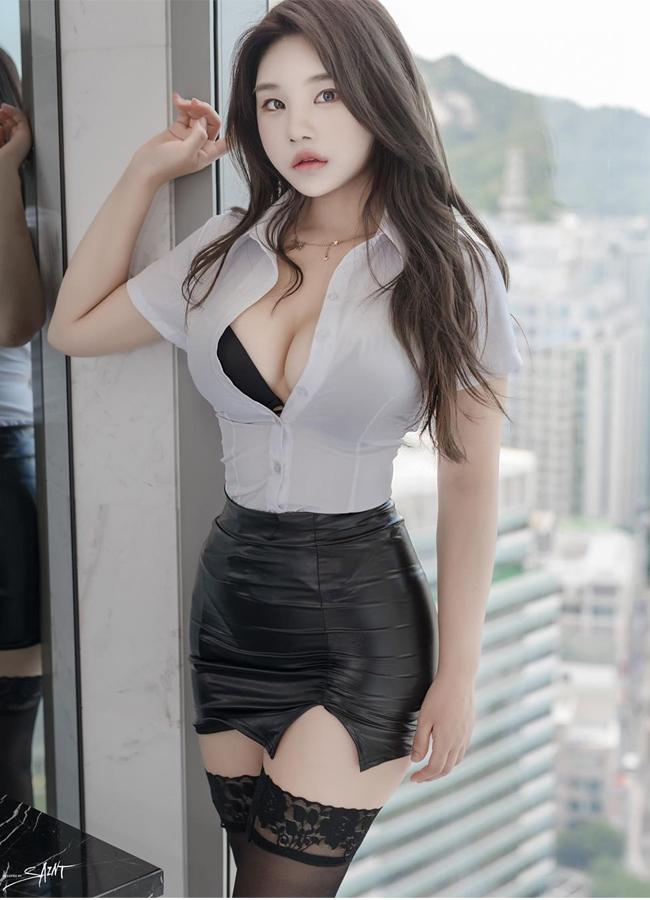 Zzyuri là người mẫu quen mặt thường xuyên xuất hiện trên trang bìa của tạp chí đàn ông Maxim Hàn Quốc.