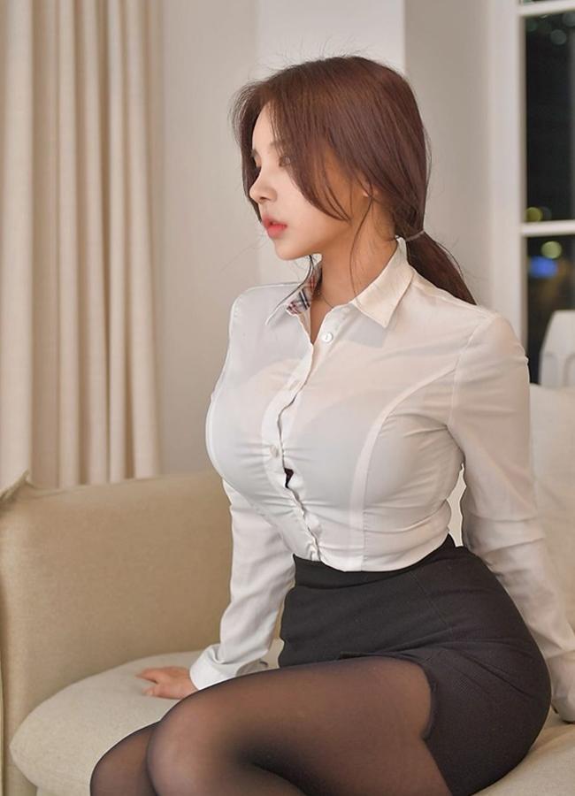 """Dù diện chân váy bút chì kết hợp áo sơ mi với 2 tông màu đen - trắng chủ đạo, thìkhông ít cô nàng vẫncố tình nhấn nhá cho bộ trang phục bằng những chi tiết """"hiểm"""" như nội y sặc sỡ,...nhằm thu hút sự chú ý của những người xung quanh."""