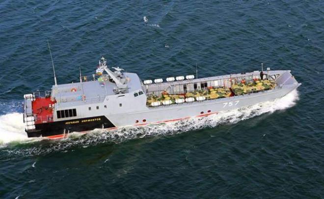 Tàu đổ bộ Nga lần đầu tiên xuất hiện ở Crimea, Ukraine đứng ngồi không yên - 1