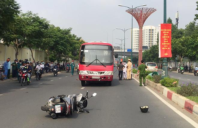 Nâng xe buýt, đưa thi thể người đàn ông mắc kẹt dưới gầm xe ra ngoài - 1