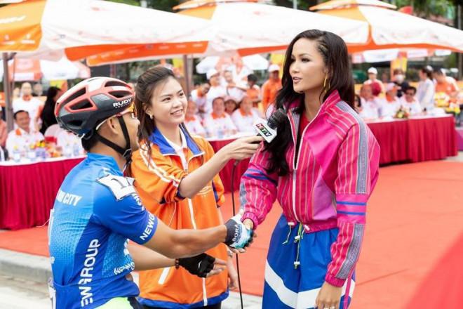 Hoa hậu H'Hen Niê tiết lộ chế độ ăn uống, tập luyện để có được vòng eo 59 cm - 1
