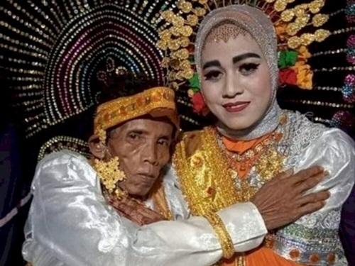 Cầu hôn mẹ không được, người đàn ông 58 tuổi quay sang cưới luôn con gái 19 tuổi - 1