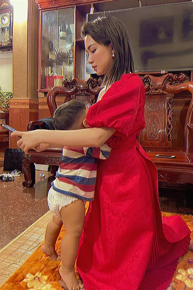 """Hình ảnh những """"bà mẹ bỉm sữa"""" trong showbiz Việt gây chú ý - 1"""