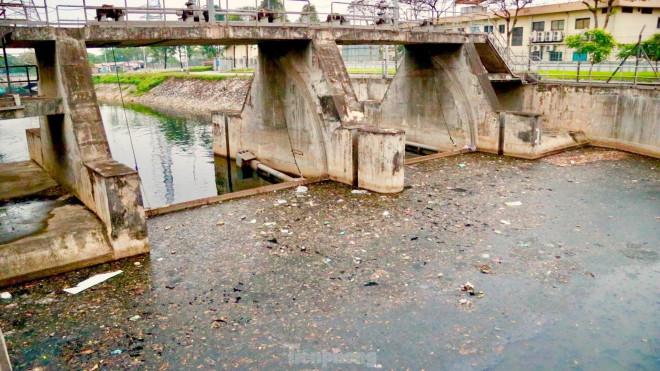 """Cận cảnh những dòng sông """"đen"""" chảy giữa nội thành Hà Nội - 1"""