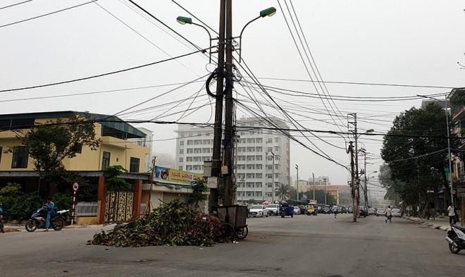 Vì sao hàng chục cột điện 'mọc' giữa phố? - 1
