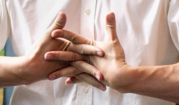 Những thói quen âm thầm tàn phá xương khớp của bạn, cần sớm thay đổi - 1