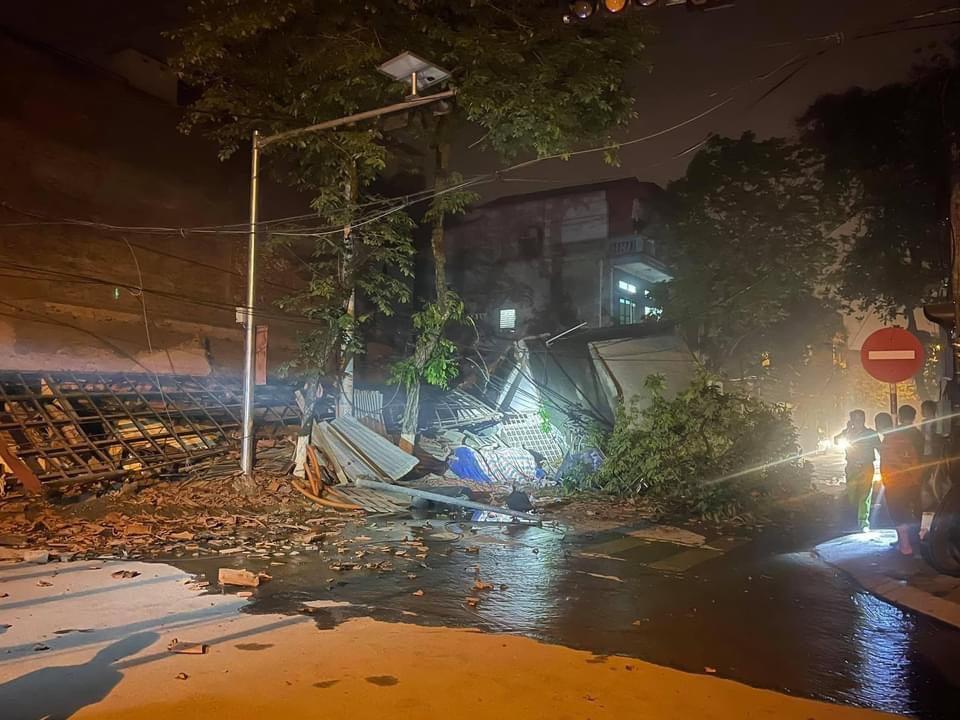 Clip: Nhà 3 tầng bất ngờ đổ sập khiến người xem kinh hãi - 1