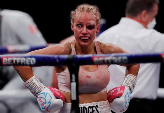 Cô giáo toán mặc bikini bé xíu lên sàn Boxing, bị đánh biến dạng mặt - 1