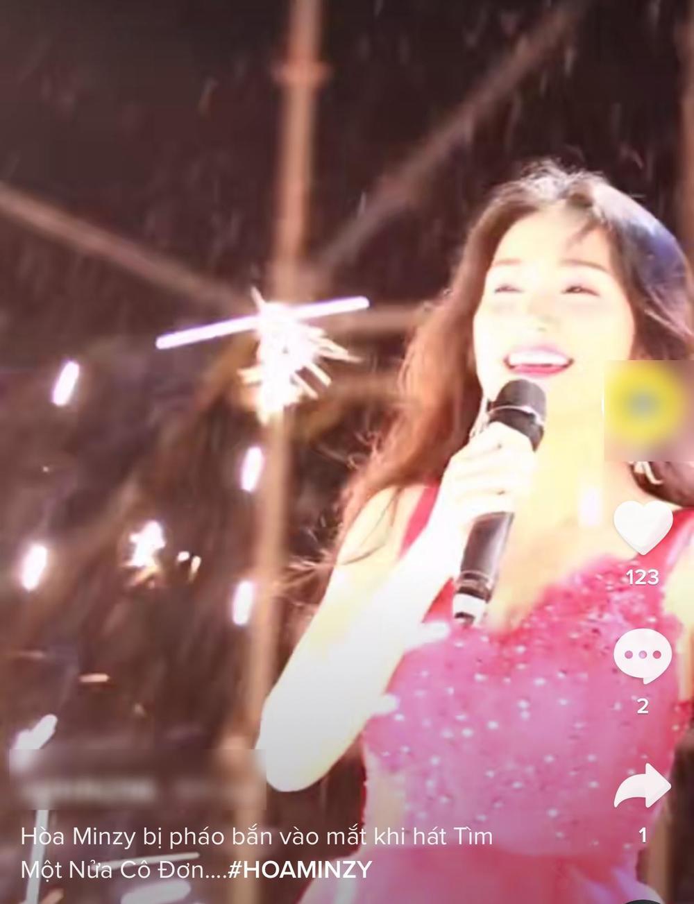 Hòa Minzy gặp sự cố ngay khi đang biểu diễn trên sân khấu - 1