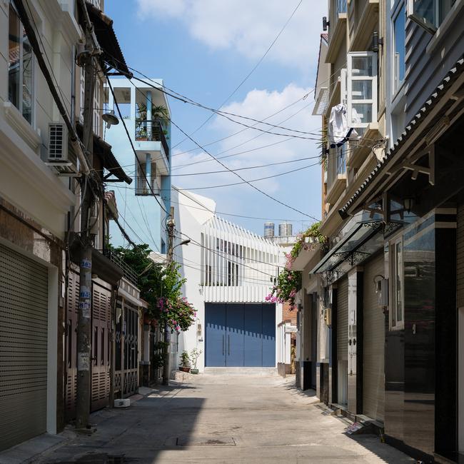 Ngôi nhà tọa lạc tại TP HCM, xây dựng trên khu đất có diện tích 300 m2.