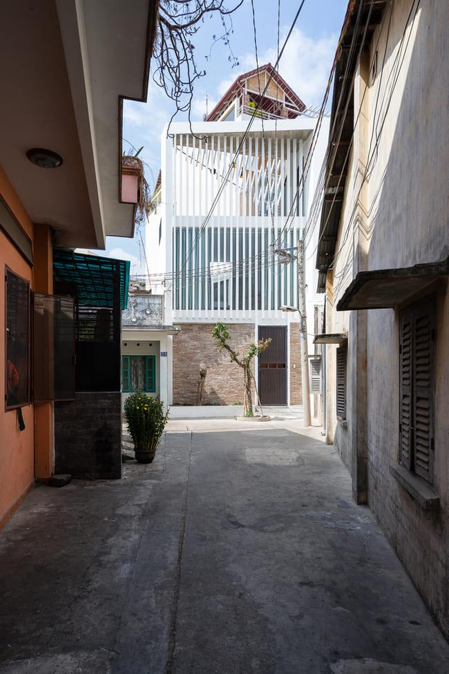 Khu đất có nhiều tòa nhà san sát nhau: phía trước ngõ 5m có nhà phố 4 tầng (cao 15 mét) và mặt sau giáp nhà 2 tầng cao 7,5 mét. Mô hình đô thị này tạo ra mạng lưới với hình dạng ngoằn ngoèo đặc biệt.