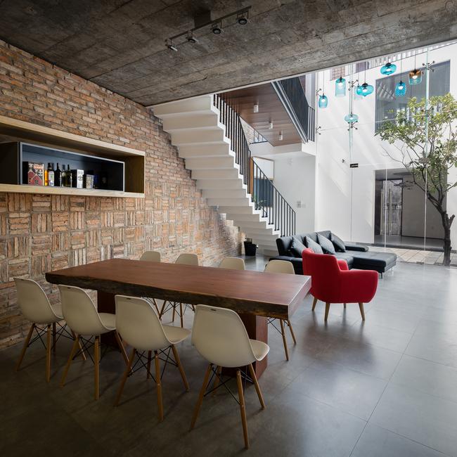 Không gian sân trong là giải pháp thiết kế cho kiểu mạng lưới nhà đô thị hiện nay và được thực hiện như một không gian linh hoạt để cung cấp ánh sáng, bóng râm, không khí, sự riêng tư và nơi ở thoải mái cho gia đình.