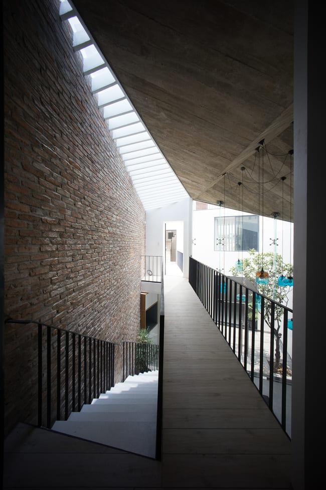 Các kỹ sư đã thiết kế các hành lang trải dài trên 3 khối nhà ở các tầng khác nhau.
