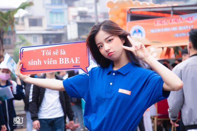 Nữ sinh đại học Kinh tế Quốc dân nổi bật trong ngày hội tuyển sinh - 1