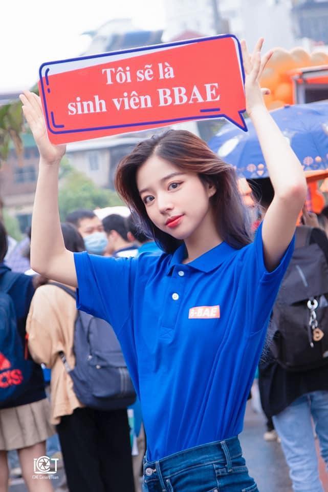 Nữ sinh đại học Kinh tế Quốc dân nổi bật trong ngày hội tuyển sinh - 3