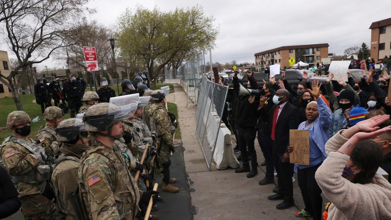 """Video vụ cảnh sát""""rút nhầm súng"""",bắn chếtthanh niênda màu gây phẫn nộ ở Mỹ - 1"""