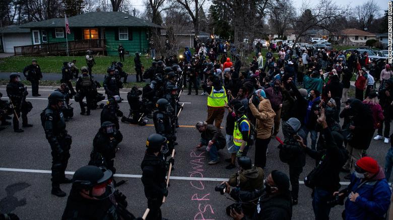 Vụ bắn chết người da màu gây bạo loạn ở Mỹ: Điều cảnh sát không ngờ về khẩu súng trên tay - 1