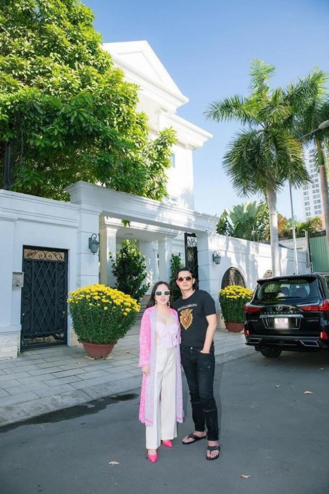 Phượng Chanel là cái tên được khán giả Việt Nam nhắc đền nhiều nhất thời gian này bởi thông tin cô và tài tử Quách Ngọc Ngoan chia tay sau hơn 6 năm gắn bó. Cả hai từng sống cùng nhau trong căn biệt thự trắng sang trọng với khối tài sản lớn.